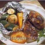 Котлеты гриль из мяса ягненка с овощами в фольге