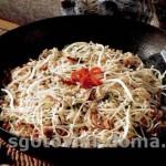 Куриный фарш на сковороде с грибами и вермишелью (макаронами)