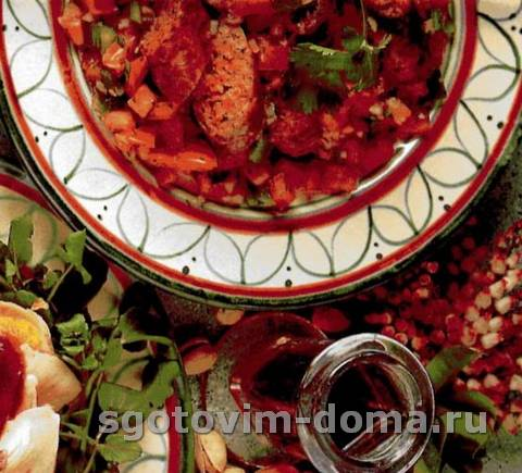 Пряный салат с помидорами и сардельками