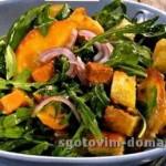 Салат из молодой зелени с персиками в ореховом соусе