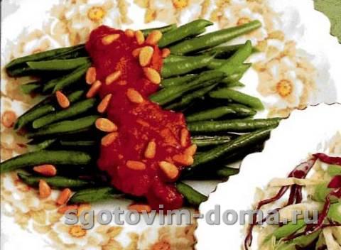 Салат из стручковой фасоли с томатным соусом