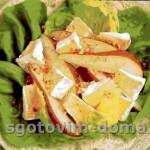 Салат с грушами и сыром бри