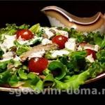 Смешанный зеленый салат с зеленым горошком
