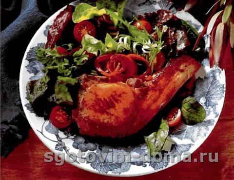 Свиная отбивная с глазурью из красной смородины