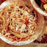 Теплый салат со спагетти и крабами