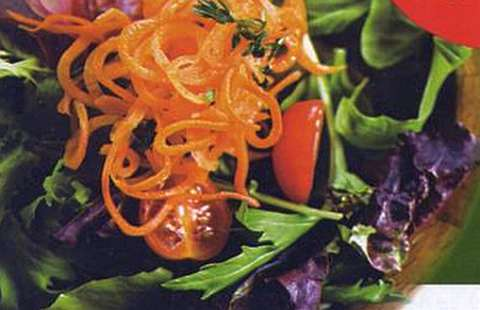 Салат из моркови, зеленого лука и редиса