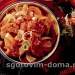 Курица с пряным луковым соусом на сковороде
