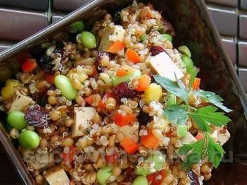 Салат из пшеницы с нектаринами, ростками и орехами
