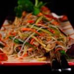 Азиатский салат  с рисовой лапшей из курицы