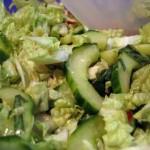 Зеленый салат из савойской капусты с ореховым соусом
