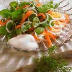 Салат из шпината и копченого лосося