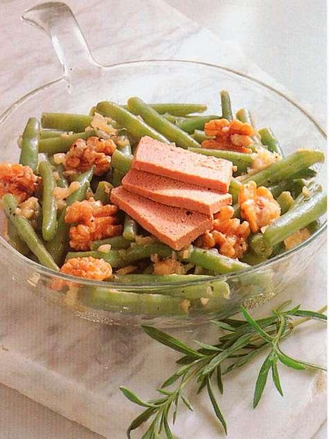 Салат из молодой стручковой фасоли с грецкими орехами и гусиным паштетом