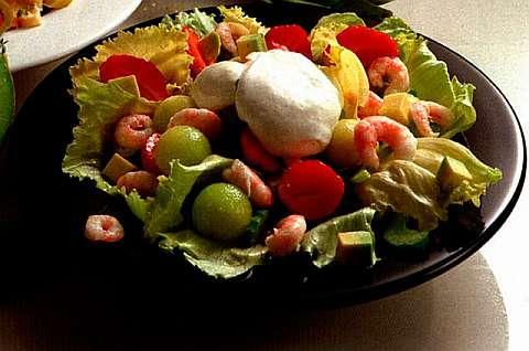 Фруктовый салат с креветками на салатных листьях