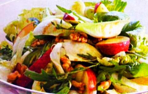 Зеленый салат с яблоками, орехами и соусом винегрет